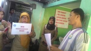 Tim Sidak dari Dinas Peternakan Kota Metro memasang pengumuman adanya kandungan daging babi dalam menu pangsit yang dijual